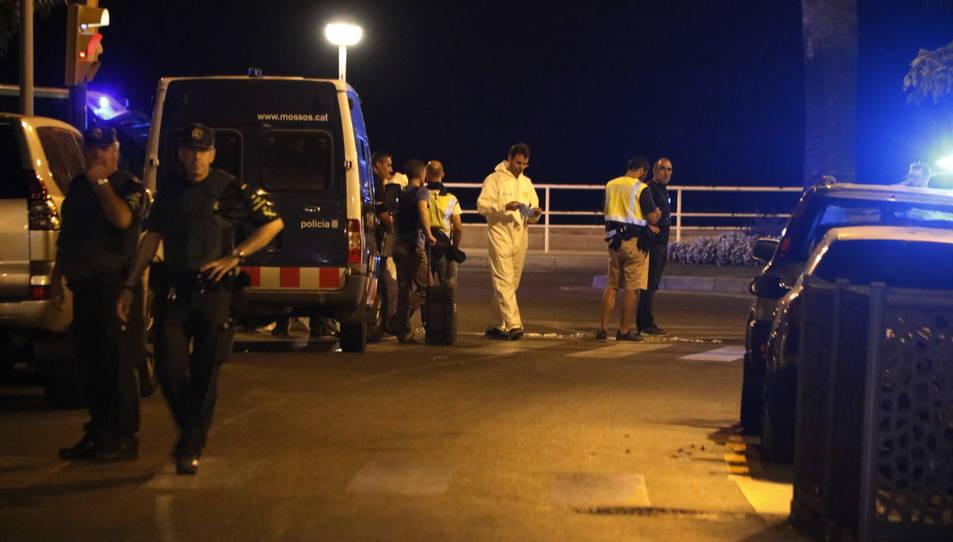 Agents de la Guàrdia Civil en primer terme, amb agents de la policia científica dels Mossos al fons, el 18 d'agost del 2017 a Cambrils.