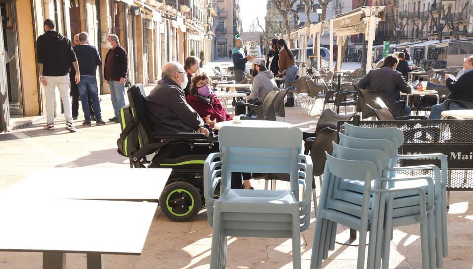 Pla mitjà d'una terrassa a mig muntar, a la plaça de la Font de Tarragona.
