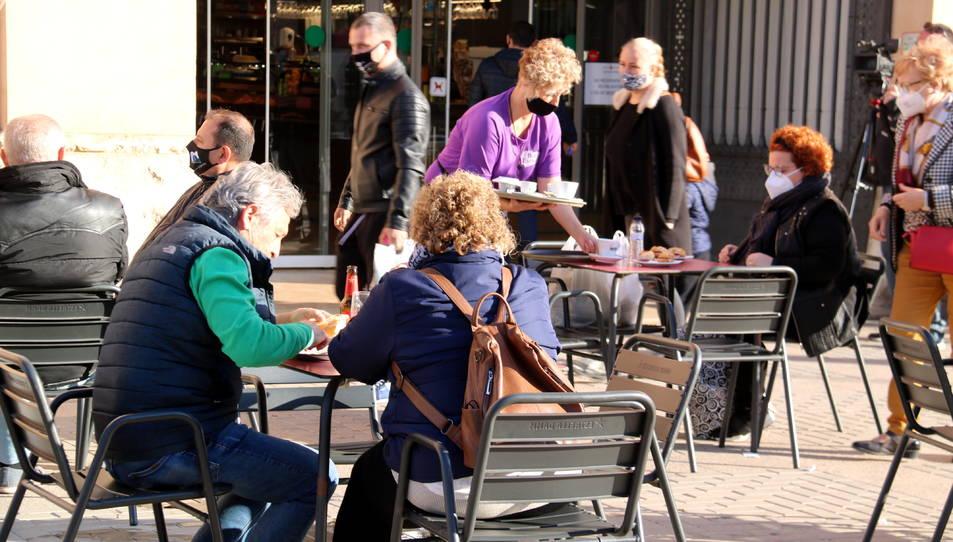 Els clients esmorzant a la terrassa del Bar Ester del Mercat Municipal de Tortosa.