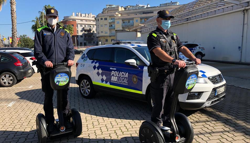 Imatge de dos agents amb els segways.