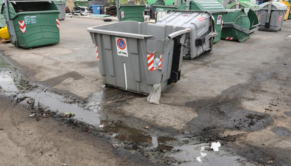 Una imatge d'arxiu de contenidors malmesos al parc.