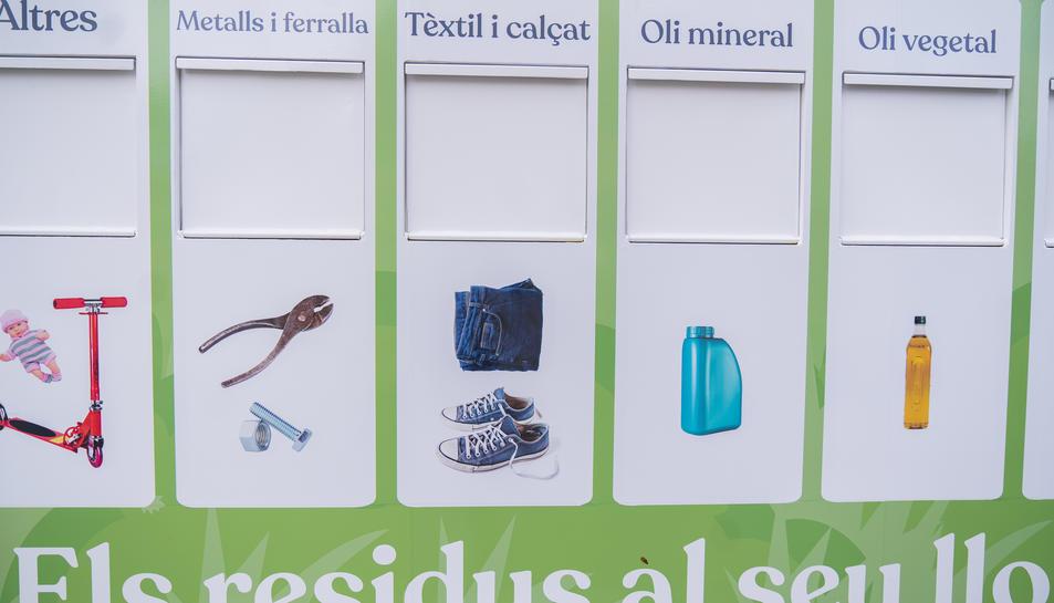 Incorporen fotografies dels residus per facilitar l'ús d'aquestes instal·lacions de reciclatge mòbils.