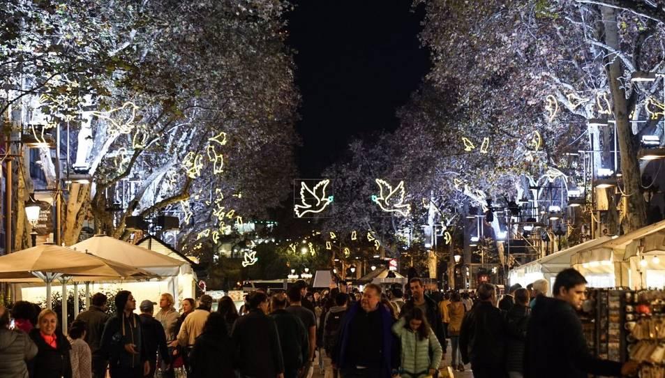 Una vista de la Rambla de Barcelona amb els llums de Nadal engegats, al 2017.