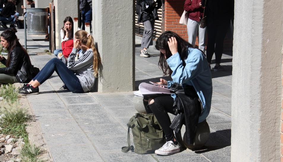 Pla general d'estudiants a la Facultat d'Educació del Campus Mundet de Barcelona.