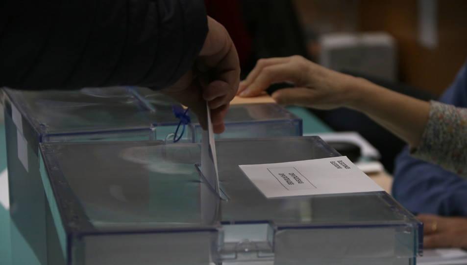 Una papereta pel Congrés entrant a l'urna.