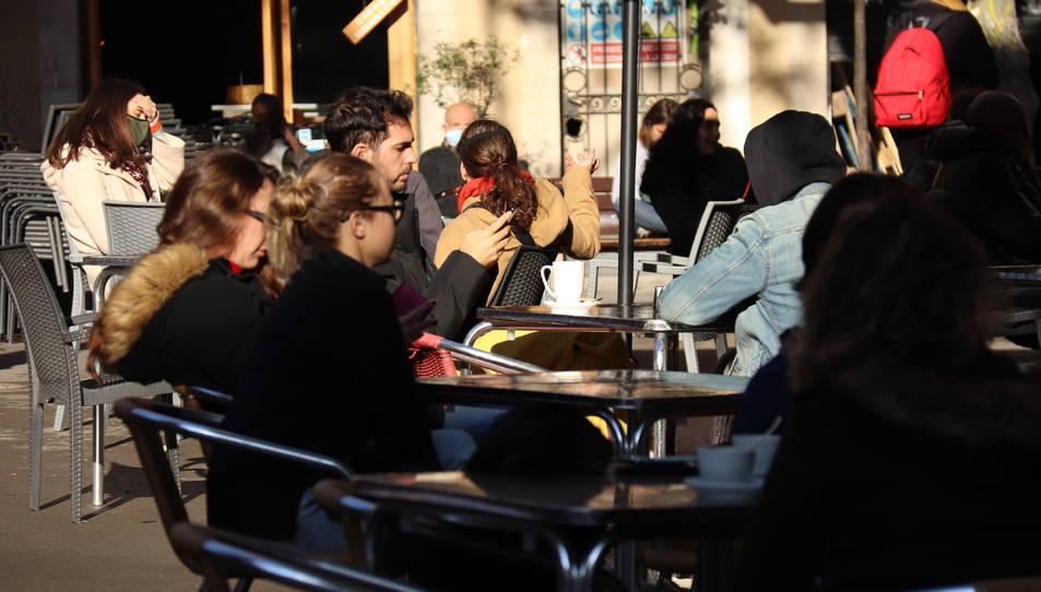 Un grup de clients asseguts a les terrasses de la plaça de la Vila de Gràcia.