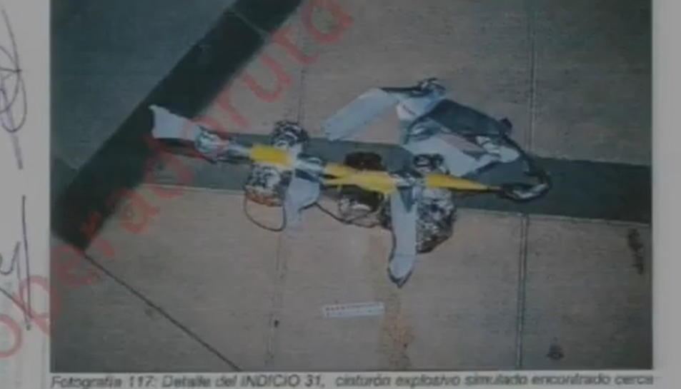 Una fotografia dels Mossos d'un dels cinturons explosius falsos que duien els cinc terroristes que van atemptar a Cambrils.