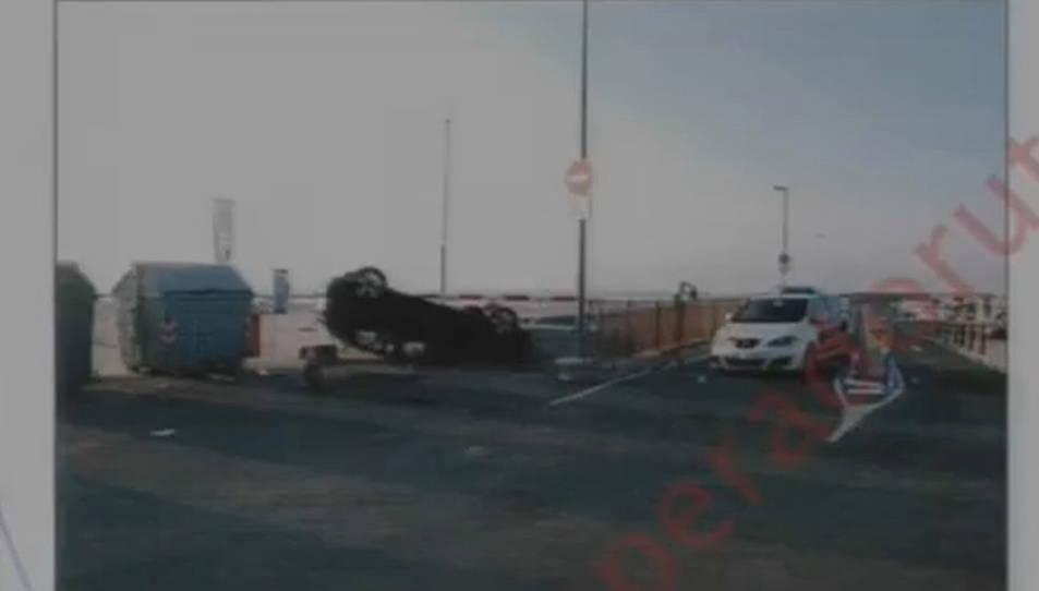 Una fotografia dels Mossos de l'Audi A3 bolcat que els cinc terroristes va