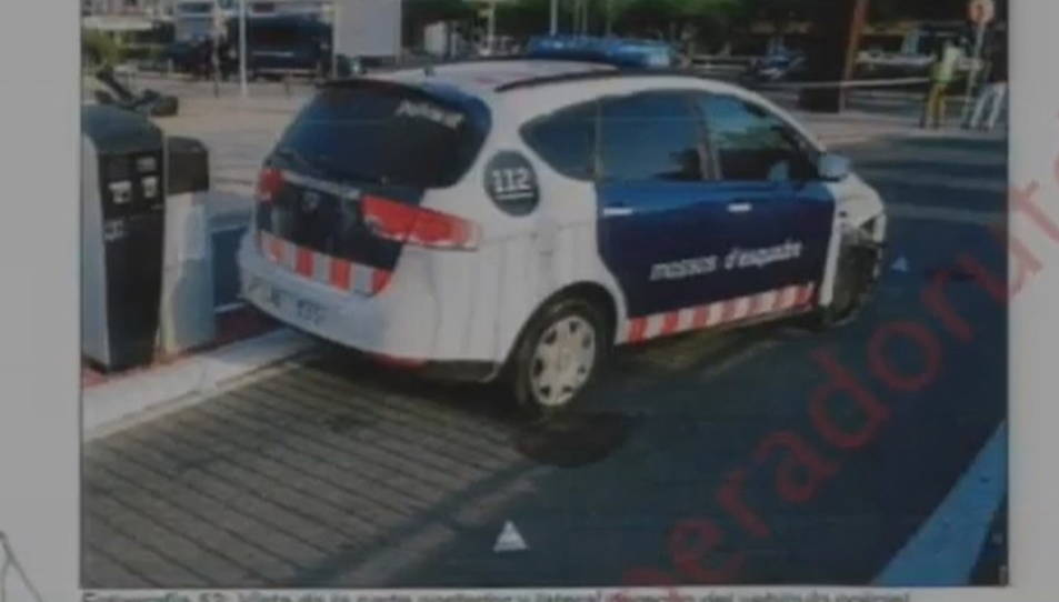 El vehicle policial després de ser envestit per l'Audi A3 que els cinc terroristes van utilitzar a Cambrils.