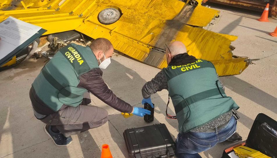 Agents de la Guàrdia Civil iniciant la inspecció de l'aparell sinistrat.