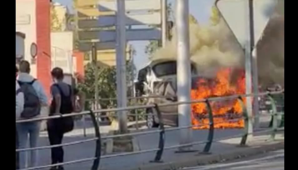 Imatge del vehicle incendiat a l'avinguda d'Andorra de Tarragona.