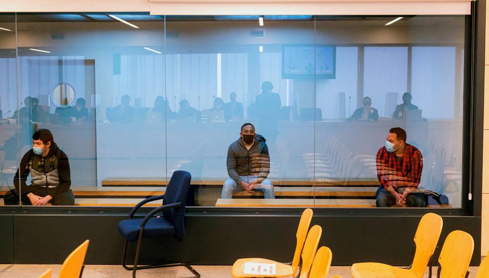 Pla general dels tres acusats en el judici sobre els atemptats de Barcelona i Cambrils.