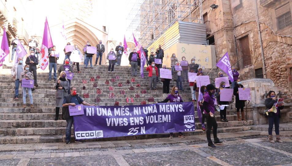 Acte de CCOO i UGT contra la violència masclista a les escales de la catedral de Tarragona.