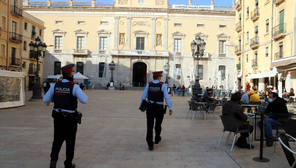 Una patrulla dels Mossos d'Esquadra a la plaça de la Font de Tarragona per fer tasques de control i informació.