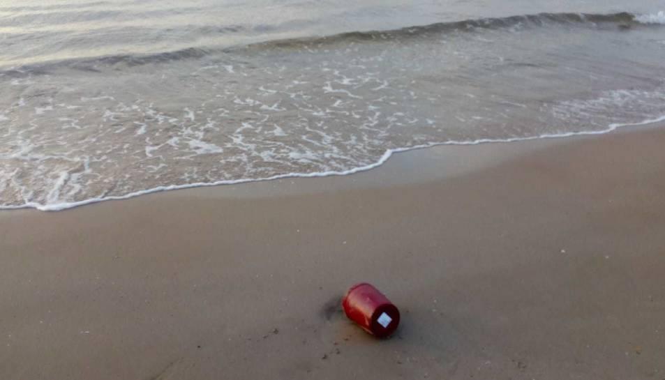 IMatge de la urna a la sorra de la platja Llarga.