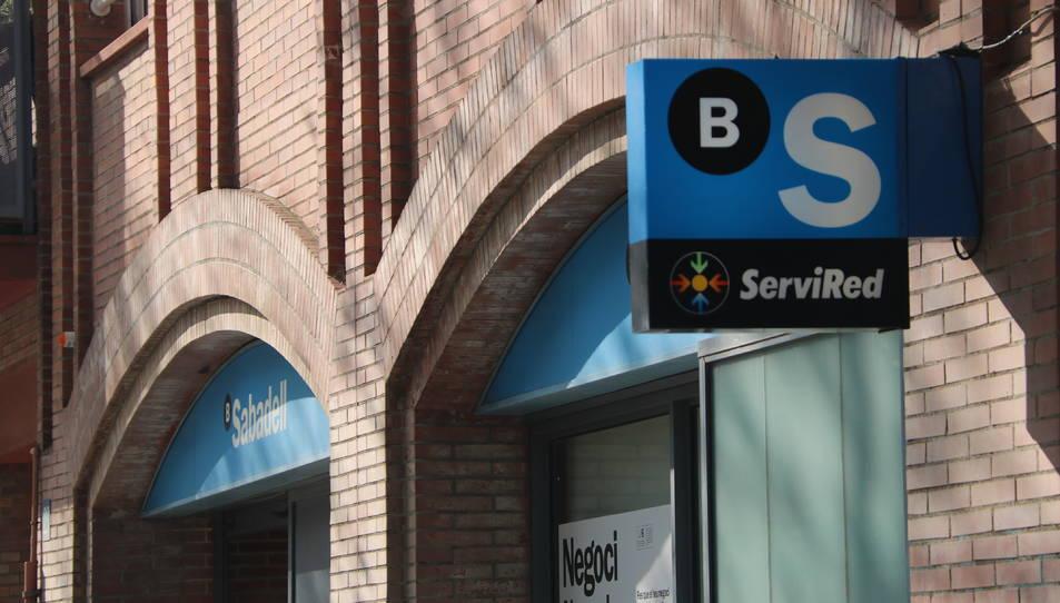 Exterior d'una oficina del Banc Sabadell situada al carrer de l'Arquitecte Sert de Barcelona.
