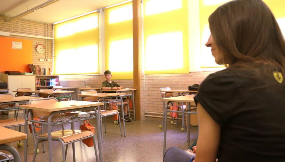 Una classe de primària en un institut, amb distància social entre alumnes i professors.