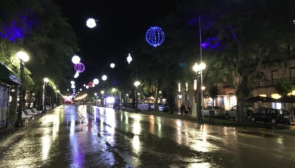 La Rambla Nova de Tarragona, sota la pluja i amb els llums de Nadal en marxa.