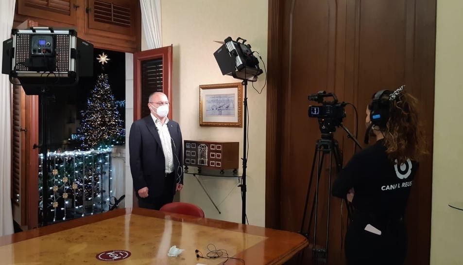 L'alcalde de Reus durant l'acte simbòlic de l'encesa dels llums de Nadal que ha emés Canal Reus TV.