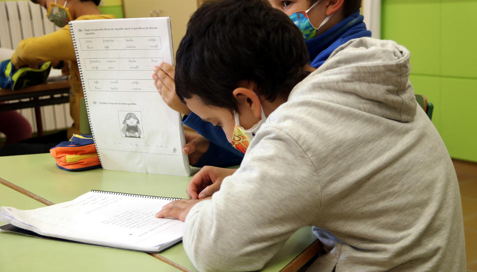 Uns alumnes fent classe a l'escola de Gósol