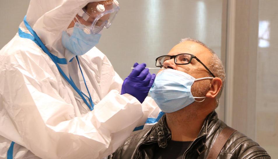 Un ciutadà se sotmet a una prova PCR al Centre Cívic Cal Balsach de Sabadell