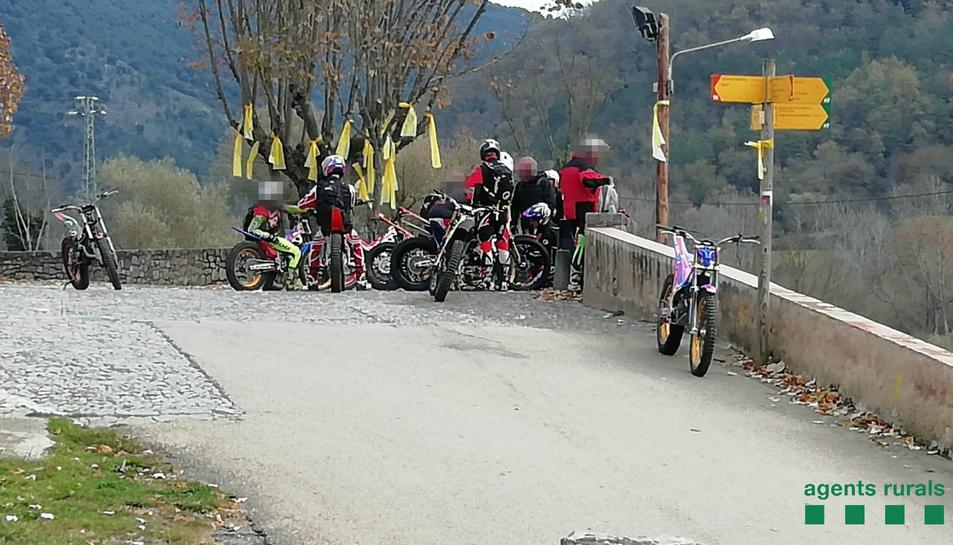 El grup de motoristes interceptats pels Agents Rurals circulant per un espai protegit de l'Alta Garrotxa