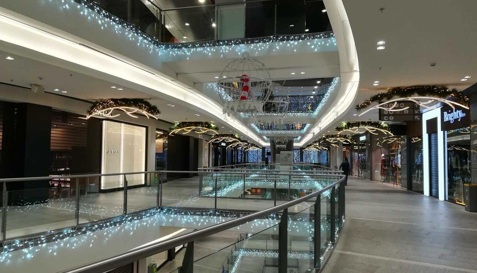 Imatge de l'interior del centre comercial amb les tradicionals llums de Nadal