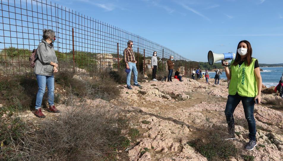 Els participants en la cadena humana van enllaçar les platges de l'Arrabassada i de la Savinosa.