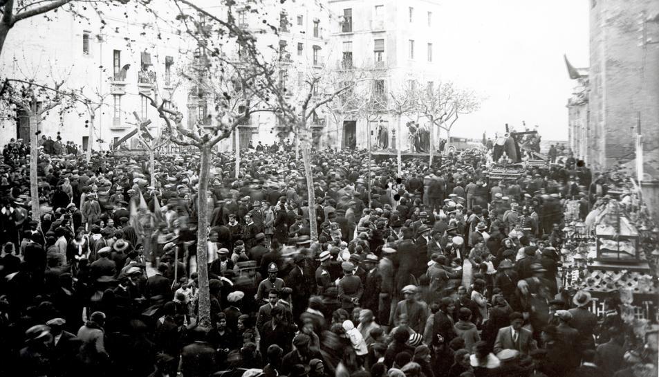 Fotografia d'Hermenegild Vallvé on es veu la plaça del Rei el Divendres Sant del 1931.