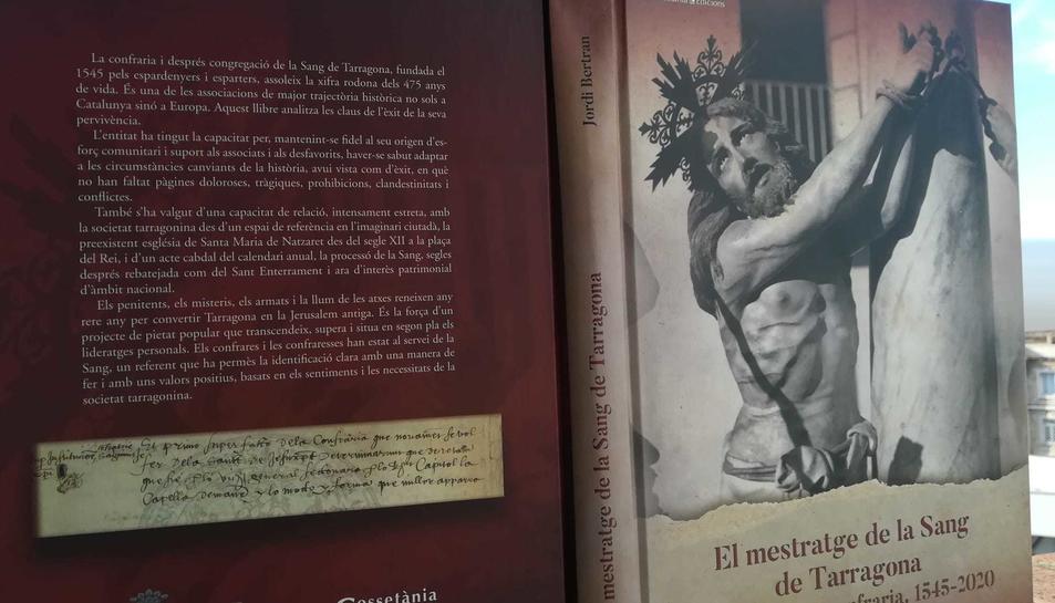 Imatge de la contraportada i de la portada del llibre.