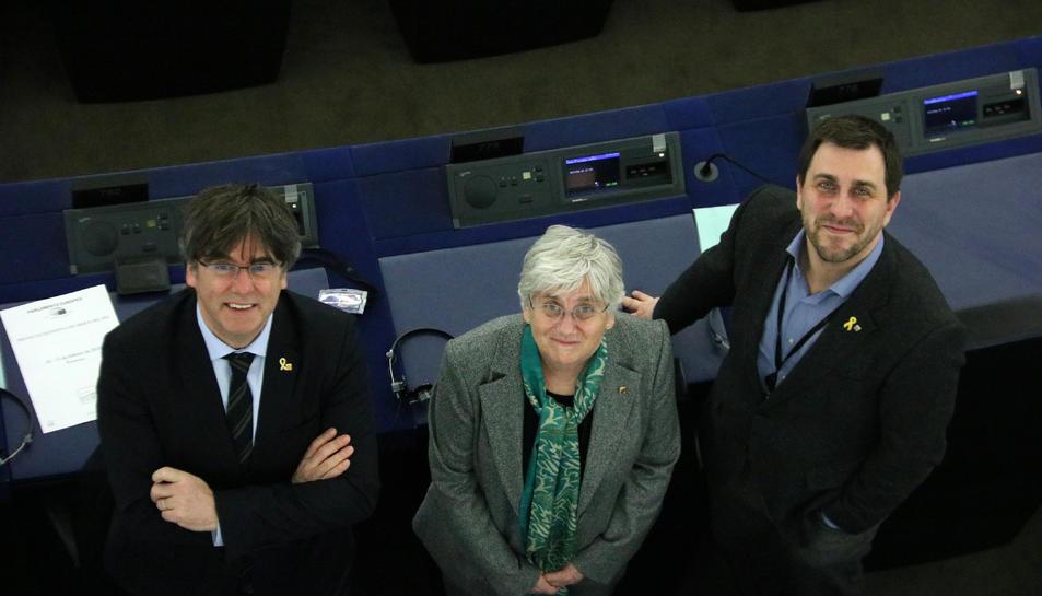 Els eurodiputats Toni Comín, Clara Ponsatí i Carles Puigdemont al seu escó a la seu del Parlament Europeu a Estrasburg