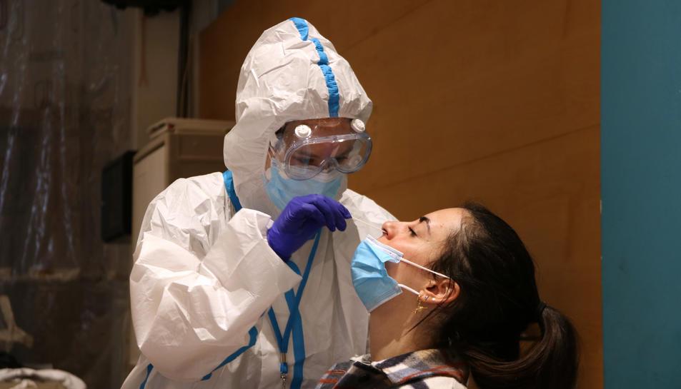 Una ciutadana se sotmet a una prova PCR al Centre Cívic Cal Balsach de Sabadell