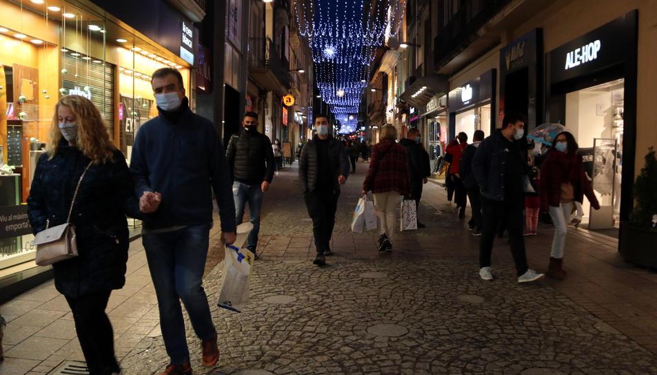 Compradors i ciutadans en un dels carrers comercials del centre de Reus en el primer dissabte de la campanya de Nadal