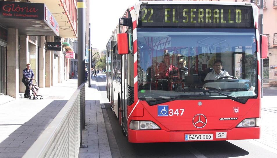 Imatge d'arxiu d'un autobús de l'EMT circulant pel carrer Reial de Tarragona.