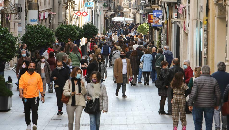 Ahir al migdia, amb el tancament perimetral en vigor, multitud de vianants passejaven per Llovera.