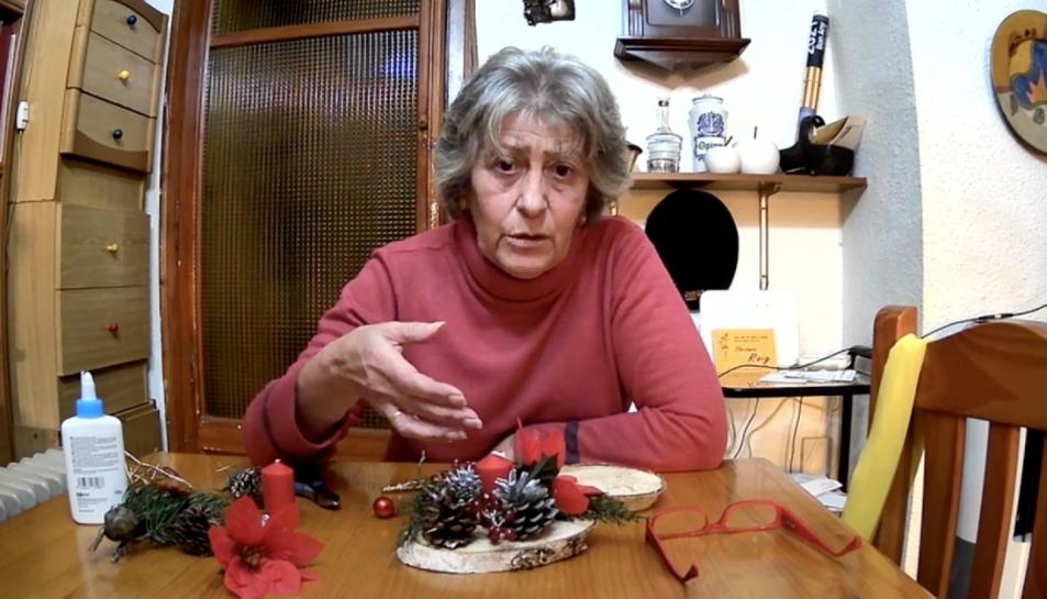 Pepita Roig, professora del taller, fent una de les composicions.