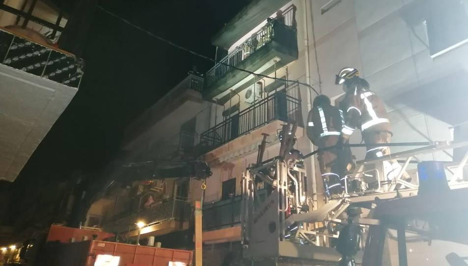 Els Bombers treballant a l'edifici afectat.