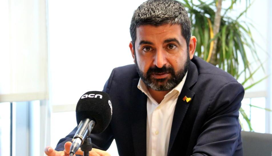 Pla mitjà del conseller de Treball, Afers Socials i Famílies, Chakir el Homrani.