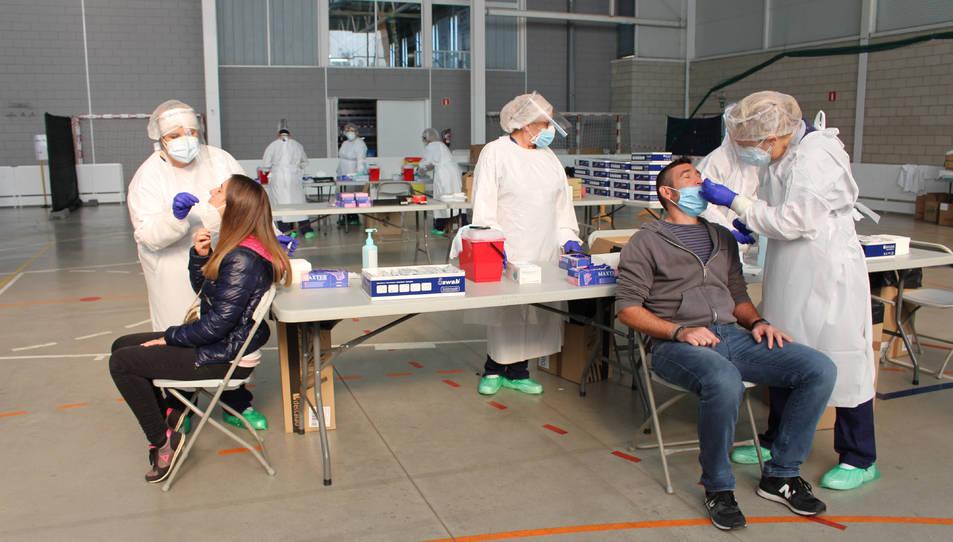 Dues persones fent-se la PCR a Palafrugell.