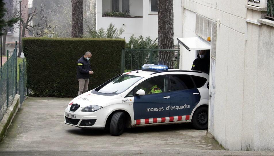 Un cotxe dels Mossos d'Esquadra s'endú la detinguda.