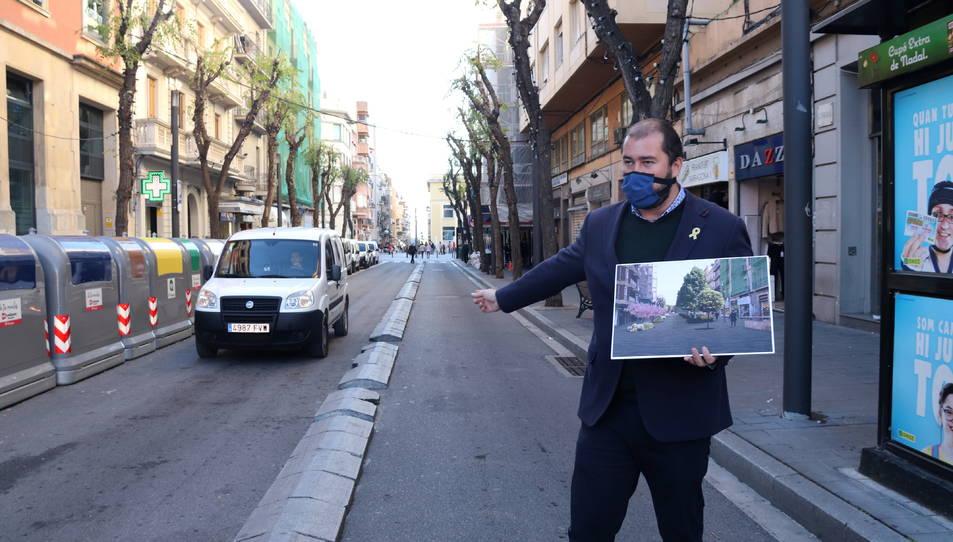 El conseller de Territori, Xavier Puig, amb el disseny de com quedarà el carrer Canyelles després de la intervenció.
