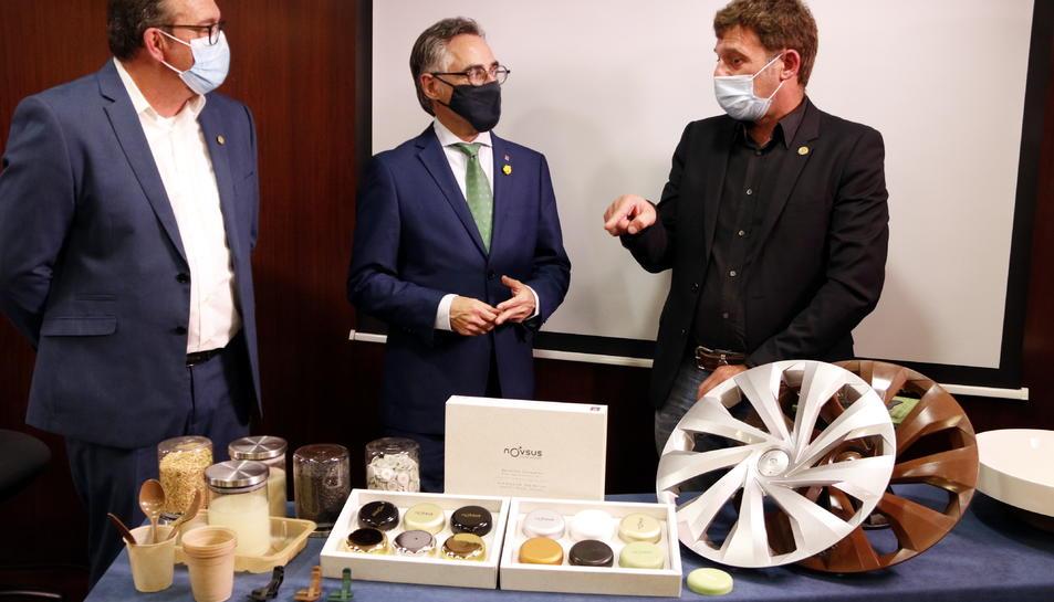 El president de la Cambra Arrossera del Montsià, Marcel Matamoros; el conseller d'Empresa, Ramon Tremosa, i l'empresari i CEO d'Oryzite, Iban Ganduxé.