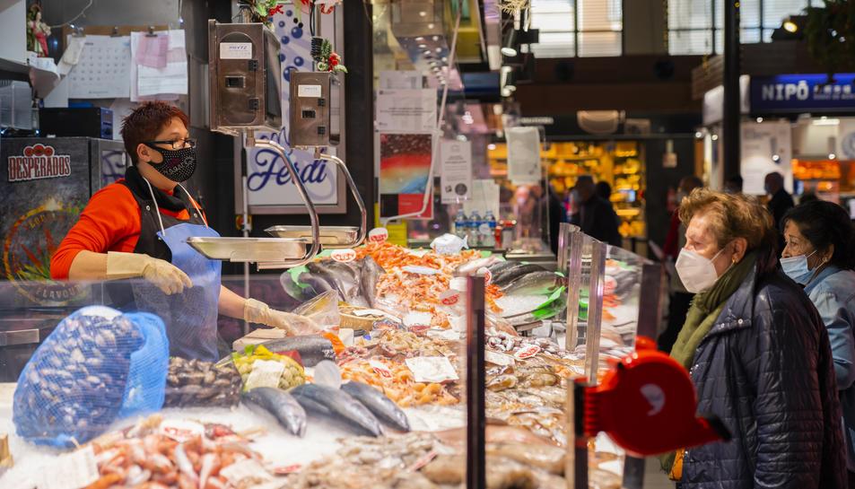 La peixatera Vanesa Expósito diu que la gent no compra per Nadal perquè té por i molta incertesa.