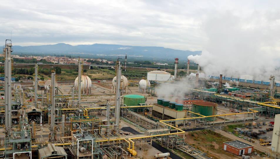 Panoràmica general de l'àrea química del complex industrial de Repsol a Tarragona, al municipi de la Pobla de Mafumet.