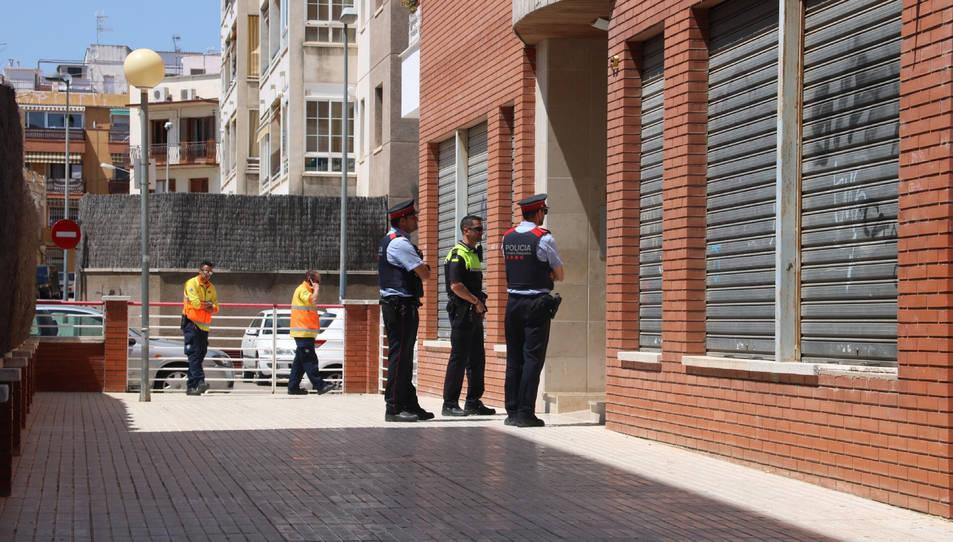 Imatge d'arxiu dels Mossos d'Esquadra i policia local a Vilanova i la Geltrú, davant de la porta de l'edifici el dia de l'incendi.