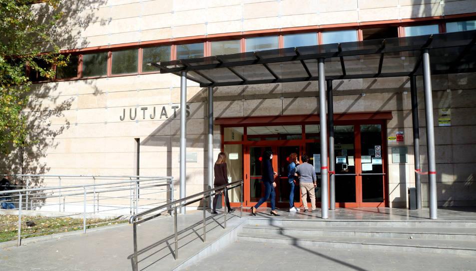 Diverses persones a l'entrada dels jutjats de Reus.