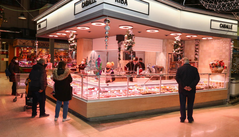 Alguns dels primers compradors a aprofitar l'horari continuat de 8 a 19 h. de dimecres a divendres.