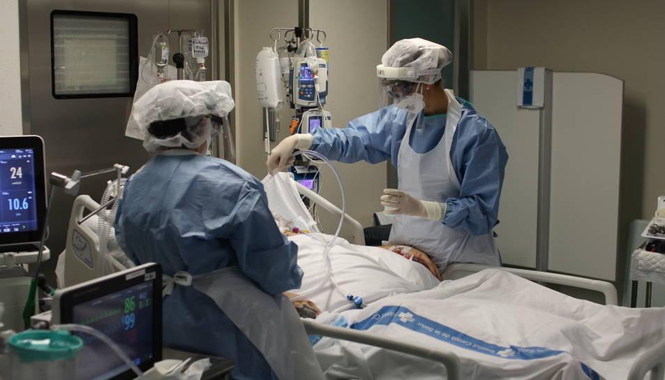 Dues infermeres atenent una pacient de covid-19.