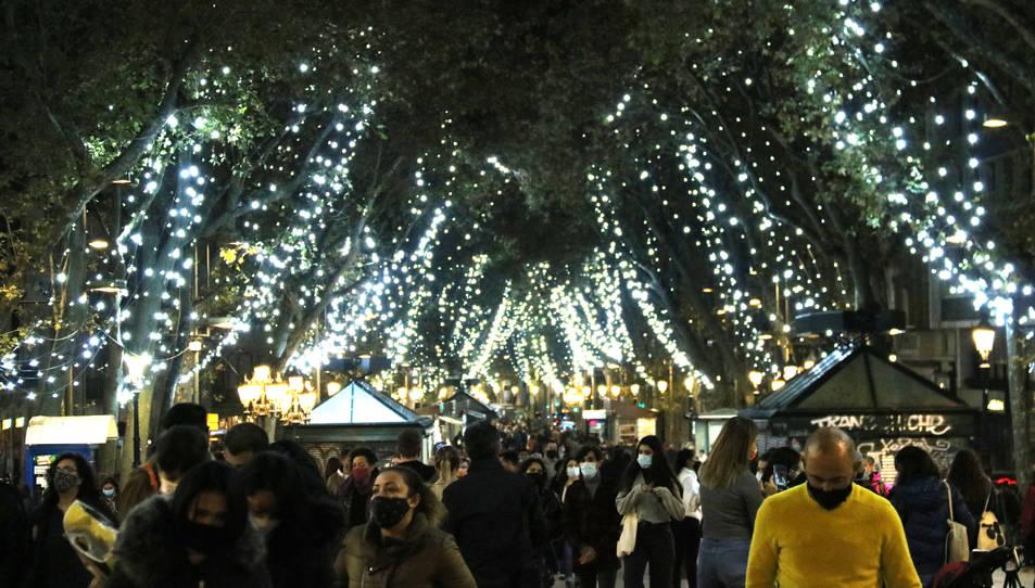 La Rambla de Barcelona, amb l'enllumenat de Nadal encès.