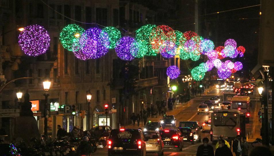 La Via Laietana de Barcelona, amb els llums de Nadal encesos.